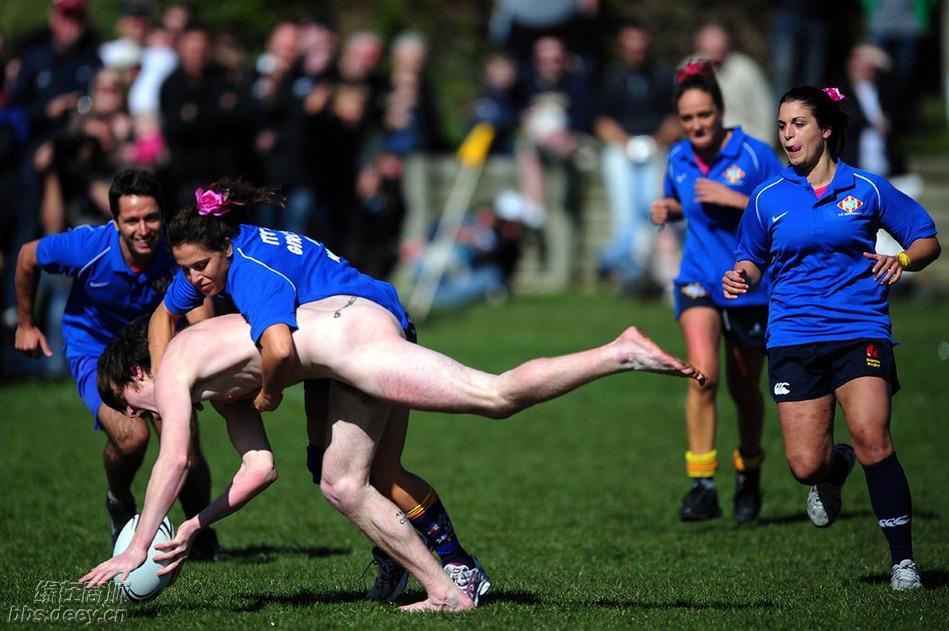裸打橄榄球 壮男包夹女球员 『 贴图视界 』